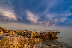 Fulminez au-dessus de la Mer Adriatique, avec le beau cloudscape dramatique images stock