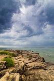 Fulminez au-dessus de la Mer Adriatique, avec le beau cloudscape dramatique images libres de droits