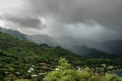 Fulminez au-dessus du flanc de montagne, Nuku Hiva, îles de Marquesas, Polynésie française Photographie stock libre de droits