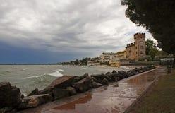 Fulminez dans Desenzano sur le policier de lac, Italie images libres de droits