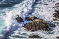 Fulminez en mer, près de la roche sauvage Photographie stock