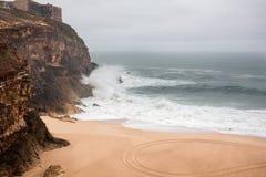 Fulminez et avez abandonné la plage de l'océan au Portugal, atlantique Image stock