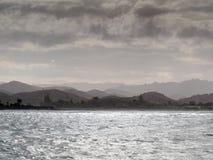 Fulminez le brassage à l'île du nord NZ de côte de baie de Tolaga Photographie stock libre de droits