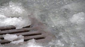 Fulminez le drain, neige, la neige fondue, fin vers le haut de 4K UHD clips vidéos