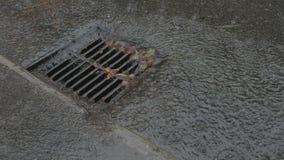 Fulminez le drain, pluie torrentielle, mouvement lent banque de vidéos