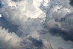 Fulminez les cumulus, ciel gris sous la pluie images stock