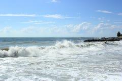 Fulminez sur la mer dans un jour ensoleillé d'été Photo libre de droits