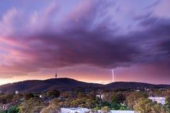 Fulmini vicino alla torre di Telstra Fotografie Stock Libere da Diritti