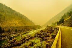 Fumée épaisse dans Fraser Canyon dans la province de la Colombie-Britannique, Canada photos libres de droits