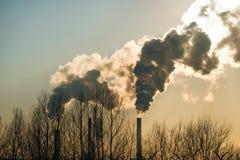 Fumée épaisse rotant des cheminées d'usine Photographie stock libre de droits