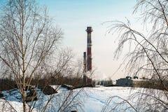 Fumée épaisse rotant des cheminées d'usine Images libres de droits