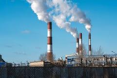 Fumée épaisse rotant des cheminées d'usine Images stock