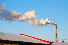 Fumée épaisse rotant des cheminées d'usine photo stock