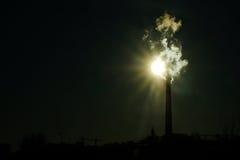 Fumée épaisse rotant des cheminées d'usine image libre de droits