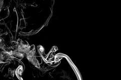 Fumée abstraite sur le fond noir. image libre de droits