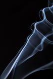 Fumée abstraite sur le fond noir image stock