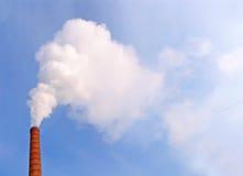 Fumée au-dessus d'une pipe Photos libres de droits