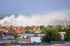 Fumée au-dessus de village de montagne images stock