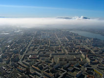 Fumée au-dessus de ville Photo stock
