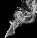 Fumée blanche abstraite sur le fond noir Photo stock