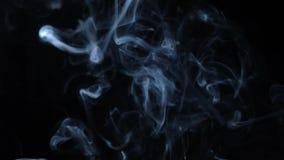 Fumée blanche abstraite sur le fond noir, fond de fumée, fond bleu de fumée banque de vidéos