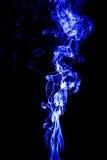 fumée blanche abstraite sur le fond noir, fond de fumée, bleu images libres de droits