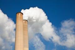 Fumée blanche hors de cheminée industrielle Image libre de droits