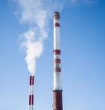 Fumée blanche hors de cheminée industrielle Photos stock