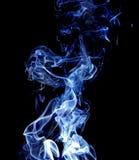Fumée bleue abstraite sur le fond noir. photographie stock libre de droits