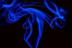 Fumée bleue au-dessus de fond noir Image libre de droits