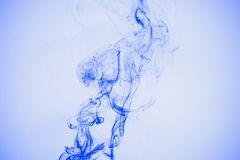Fumée bleue d'isolement Photographie stock libre de droits