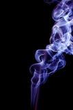 Fumée bleue sur le fond noir Photo stock