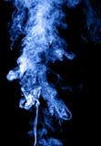 Fumée bleue sur le noir Image stock