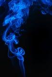 Fumée bleue sur le noir Photos libres de droits