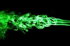 Fumée colorée de vert sur un fond noir photos stock