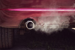 Fumée d'échappement de tuyau de voiture photo libre de droits