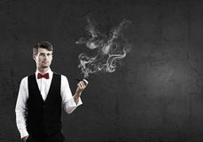 Fumée d'homme d'affaires et de tuyau Image stock
