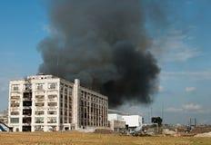 Fumée d'incendie d'entrepôt images stock