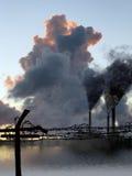 Fumée d'usine contre la frontière de sécurité de prison Photographie stock libre de droits