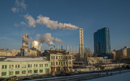 Fumée d'usine près de région de Residental Images libres de droits