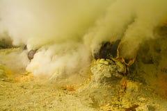 Fumée dans le mien de soufre au volcan Ijen Images libres de droits