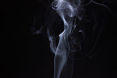 Fumée de bâton d'encens d'isolement Image stock