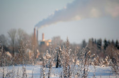 Fumée de cheminée à l'hiver Photo stock