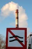 Fumée de cheminée à l'hiver photographie stock