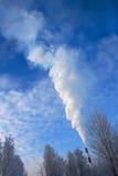 Fumée de cheminée dans la forêt Photo stock