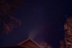 Fumée de cheminée de maison la nuit hiver Photo stock
