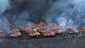 Fumée de gril de viande d'hamburger banque de vidéos