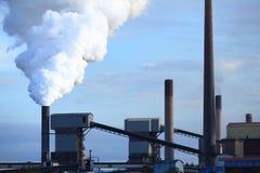 Fumée de soufflement d'aciérie Photographie stock