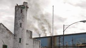 Fumée de vieilles cheminées dans le jour nuageux clips vidéos