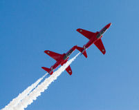 Fumée de whte de deux jets de flèches et Weston-s-jument rouges Somerset de Weston Air Festival de ciel bleu Images libres de droits
